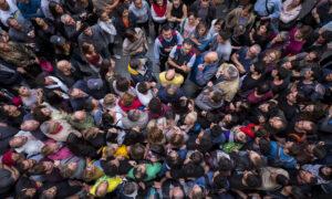Politie wordt tegengehouden bij stembureau tijdens het Catalaans referendum