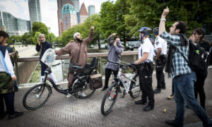 Pro en anti IS demonstranten komen elkaar tegen