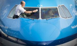 Een KLM piloot wast zijn voorruit