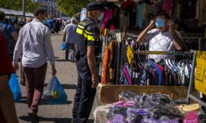 Politiecontrole mondkapjes op de Afrikaandermarkt